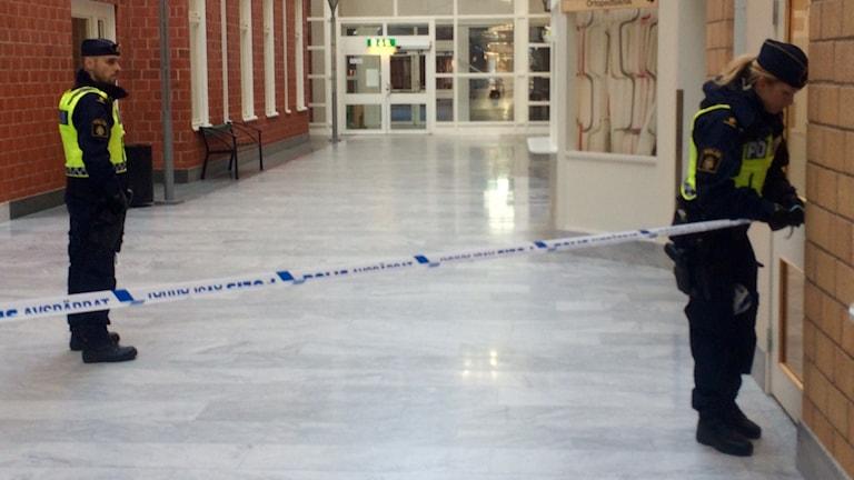 Poliser spärrar av i Sunderby sjukhus. Foto: David Zimmer/Sveriges Radio.