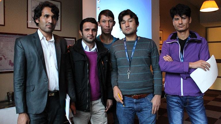 Kazim Balkhi har frivilligt tagit på sig uppdraget att lära ut engelska till Nasir Ahmad Obaid, Sibjhatyllah Nadiri, Faiz Ali Mohammadi och Safi Faizi. Foto: Alexander Linder/ Sveriges Radio.