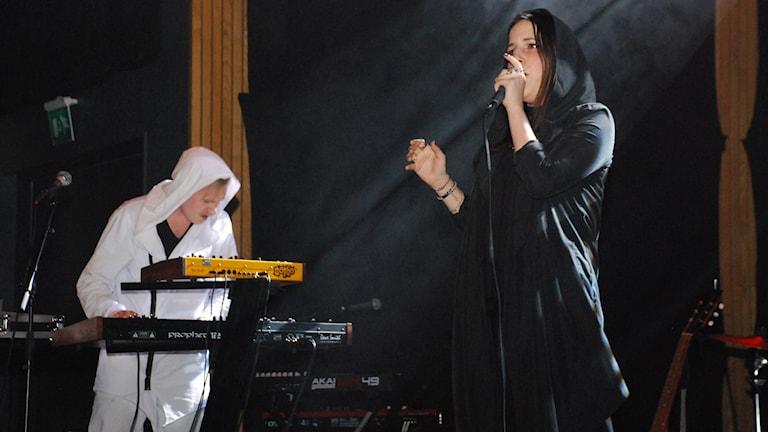 Gustav Afsahi och Michaela Stridbeck i Pophjärtat på scen i Musikscen Norrbotten. Foto: André Pettersson/Sveriges Radio.