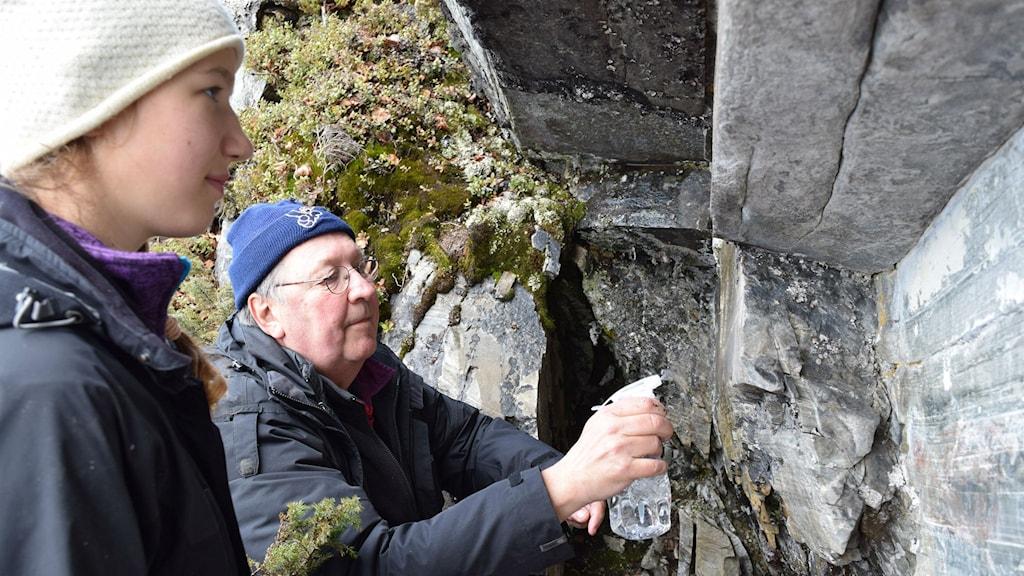 Per H Ramqvist och Solveig Andal Johansen som hittade hällmålningen. Foto: Lars Liedgren, Silvermuseet