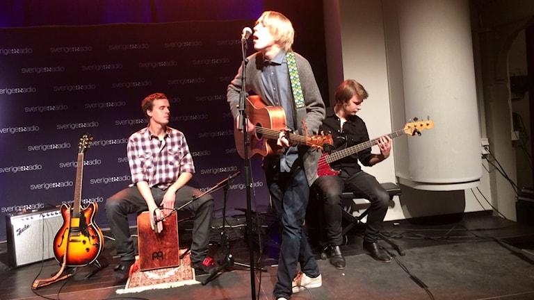 Veckans färsking Frithiof spelar live. Foto: André Pettersson/Sveriges Radio.