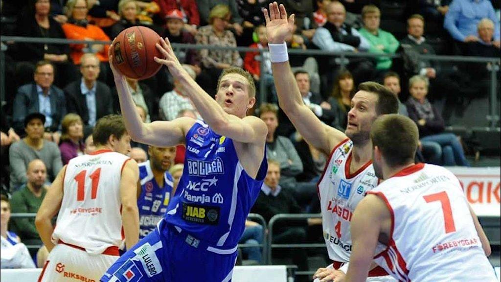 BC Luleås Adam Rönnqvist mot Sundsvall. Foto: Alf Lindbergh/Pressbilder.