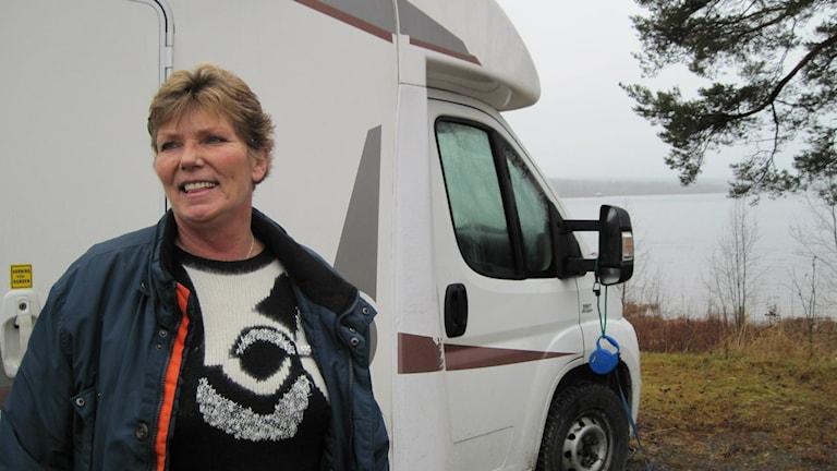 Annika Östberg står framför sin husbil som tar henne runt landet för föreläsningar. Foto: Jon Hedström.