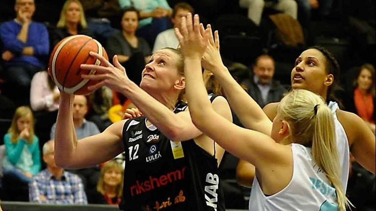 Luleå Baskets Anna Barthold mot Fryshuset. Foto: Alf Lindbergh/Pressbilder.