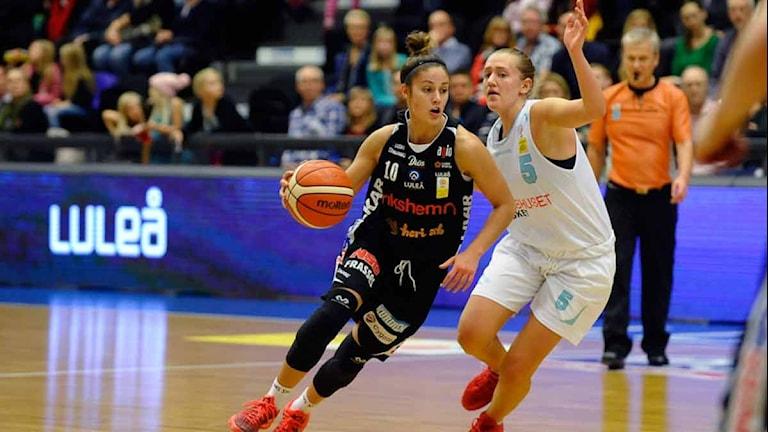 Luleå Baskets Katie Bussey mot Fryshuset. Foto: Alf Lindbergh/Pressbilder.