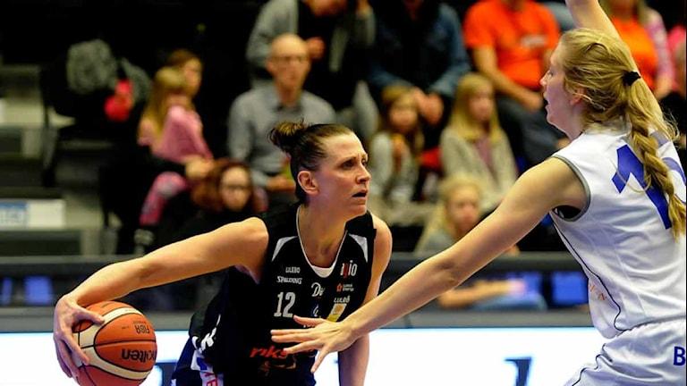 Luleå Baskets Anna Barthold mot Akropol. Foto: Alf Lindbergh/Pressbilder.
