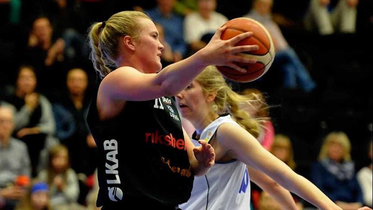 Luleå Baskets Allis Nyström mot Akropol. Foto: Alf Lindbergh/Pressbilder.