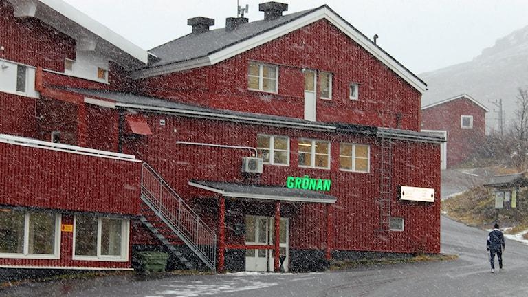 Från och med nästa vecka ska barnen få skolundervisning på det tillfälliga asylboendet i Riksgränsen. Foto: Alexander Linder/ Sveriges Radio.