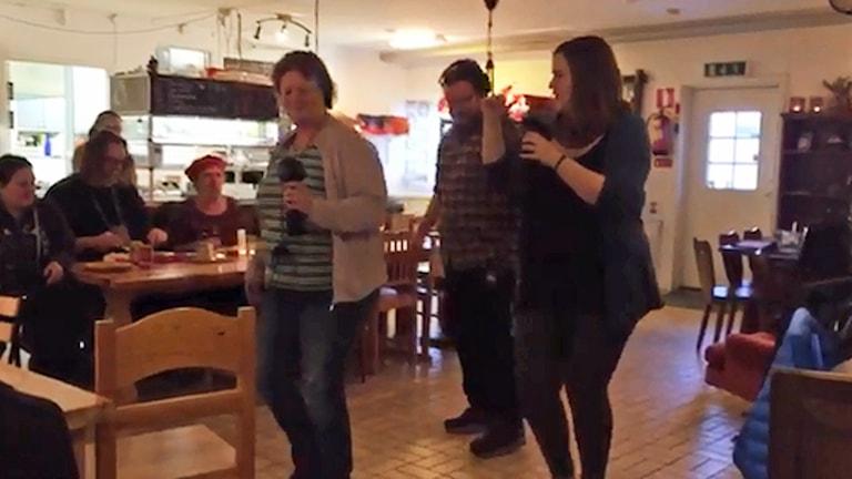 Ankie och Jon lär sig dansa linedance med instruktören Jennifer Lidman.
