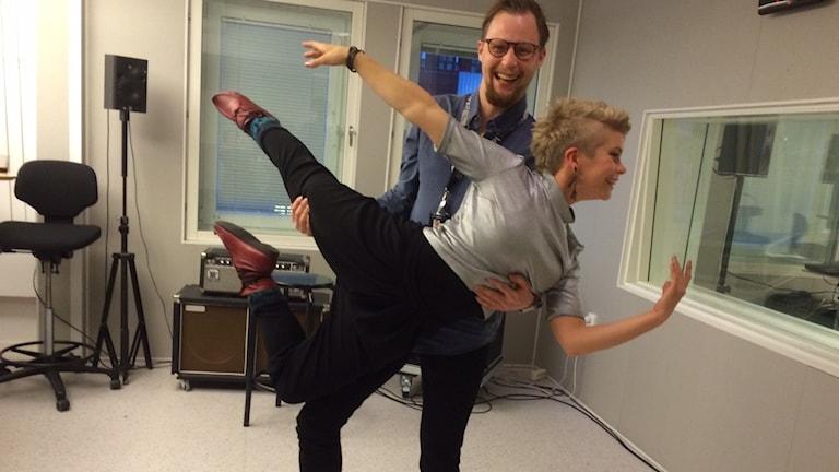 P4 Norrbottens Marcus Nilsson och dansaren Fanny Kivimäki. Foto: Lena Callne/Sveriges Radio.