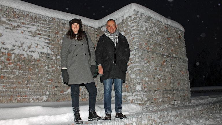 Konstnärerna Sofia Sundberg och Ingo Vetter har fyllt stålburar med rivningsmassor från ett gammalt bostadsområde i Kiruna. Foto: Alexander Linder/ Sveriges Radio.