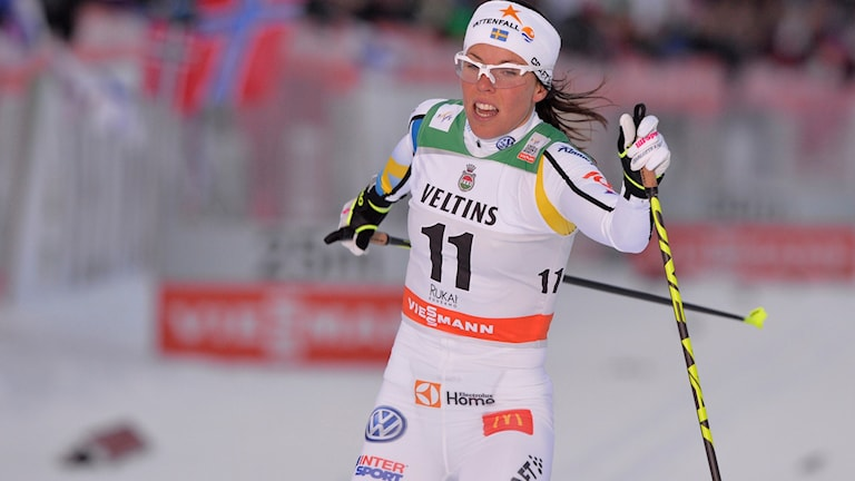 Charlotte Kalla går i mål. Foto: Anders Wiklund/TT.