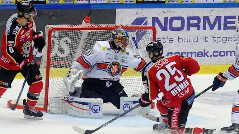 Luleå Hockeys Anton Hedman skjuter mot Växjös målvakt Cristopher Nilstorp. Foto: Alf Lindbergh/Pressbilder.