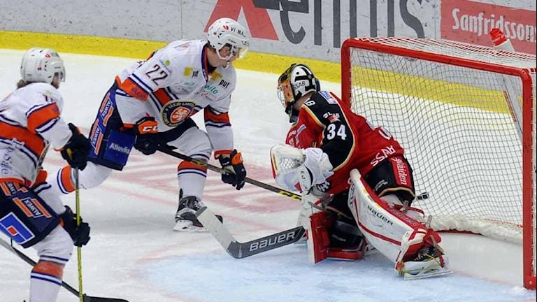 Växjös Gustav Rydahl mot Luleå Hockeys målvakt Joel Lassinantti. Foto: Alf Lindbergh/Pressbilder.
