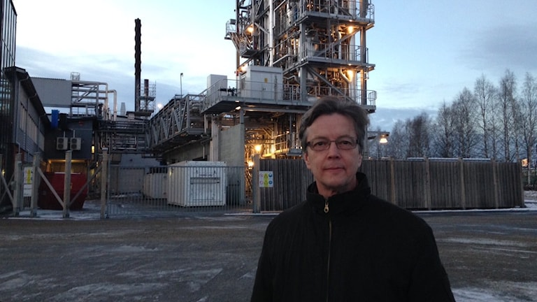 Rikard Gebart utanför biodieselanläggningen.