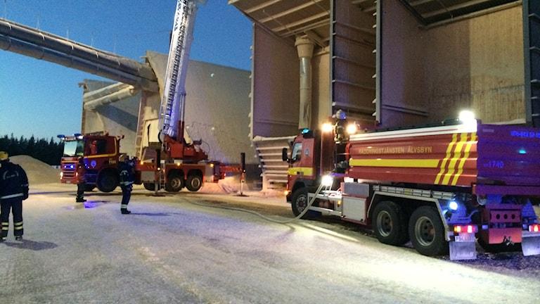 Räddningstjänsten på plats i Sikfors. Foto: Ann-Christine Wallner-Hoppe/ Sveriges Radio