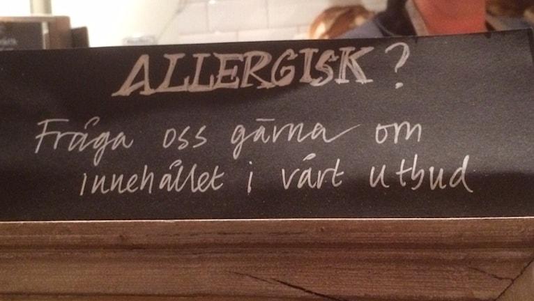 Sedan den 13 december 2014 är det i praktiken krav på att ha en sådan här allmän allergiinformationskylt på alla restauranger. Foto: Anna Torgnysdotter/SR.