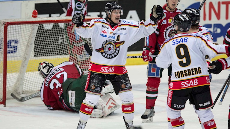 Luleås Karl Fabricius jublar efter kvittering mot Frölunda HC i Scandinavium. Foto: Björn Larsson Rosvall/TT.