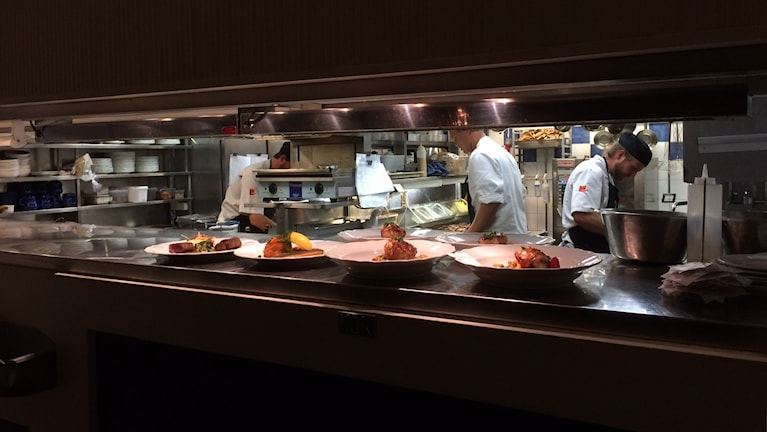 Ett av restaurangköken där kockarna är i fullt arbete. Foto: Anna Torgnysdotter/ Sveriges Radio.