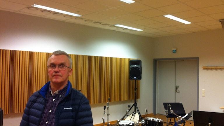 Sven Rosendahl, Luleå kommuns fastighetsingenjör under det reparerade taket. Foto: Sebastian Wiklander/Sveriges Radio