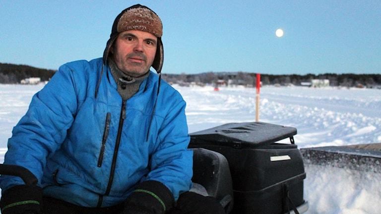 Tomas Isaksson, vars företag sköter skoterpåren i Kiruna kommun, har markerat ut leden på Torneälven i Kurravaara. Foto: Alexander Linder/ Sveriges Radio.