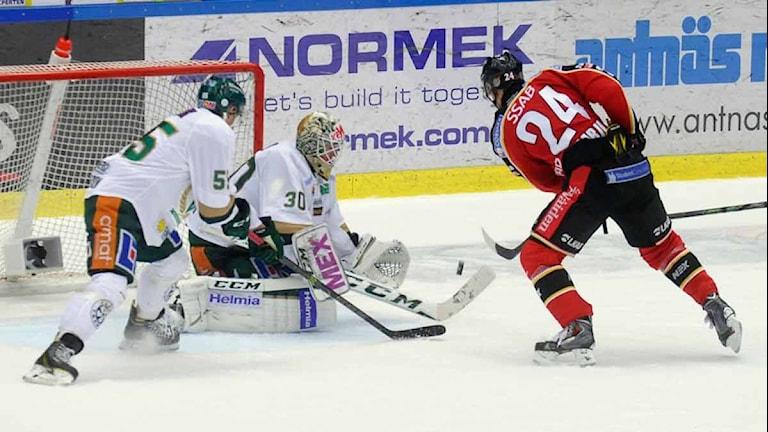 Luleå Hockeys Johan Harju mot Färjestads målvakt Lars Haugen. Foto: Alf Lindbergh/Pressbilder.