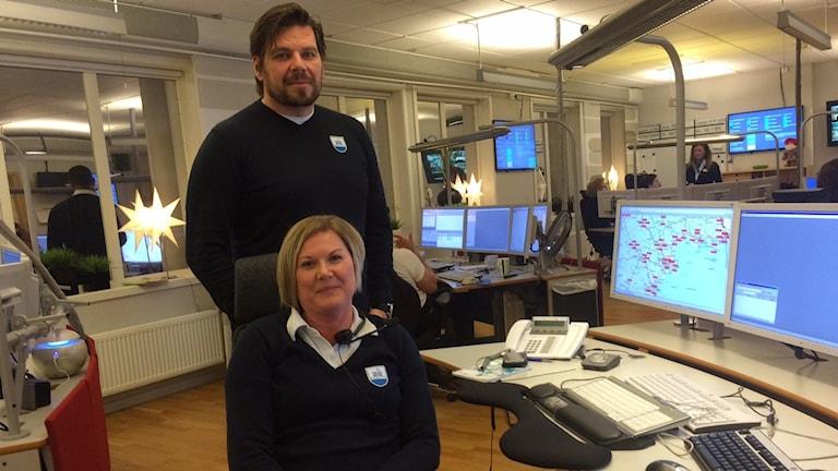 Daniel Lundin platschef på SOS Alarm i Luleå och Eva Lotta Eriksson, larmoperatör.