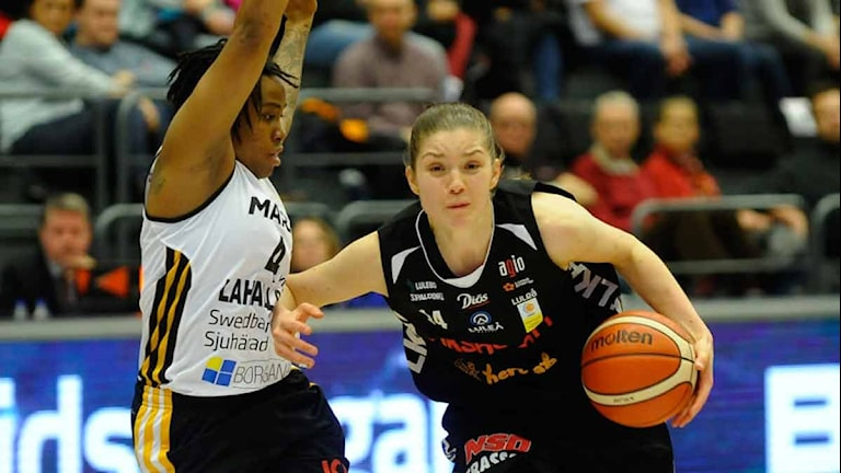 Luleå Baskets Josefine Westerberg mot Mark. Foto: Alf Lindbergh/Pressbilder.