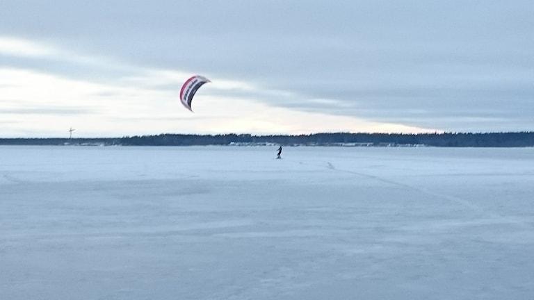 Mikael Nyström i Luleå flyger med hjälp av en drake. Foto: Per Vallgårda/ Sveriges Radio.