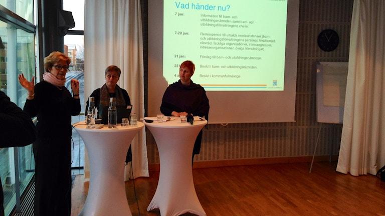Carina Lundström, projektledare Framtidens skola, Karina Pettersson-Hedman, skolchef, Carina Sammeli, ordförande i barn- och utbildningsnämnden. Foto: David Ohlsson/Sveriges Radio