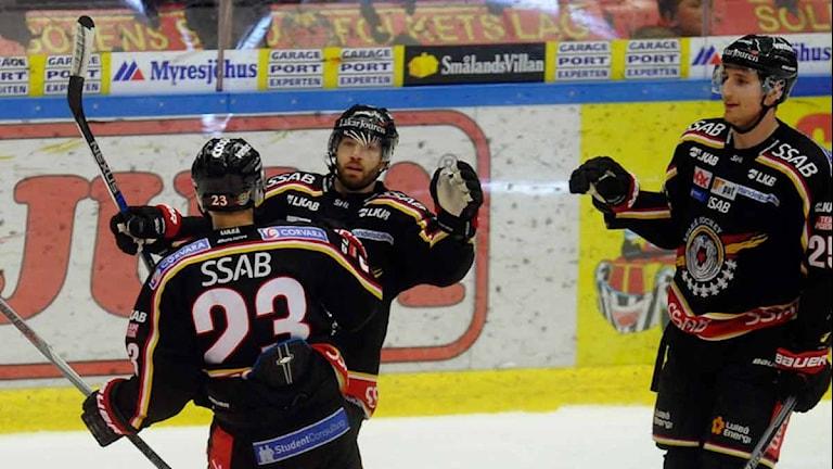 Luleå Hockeys Jacob Micflikier jublar tillsammans med Lucas Wallmark och Anton Hedman efter mål mot Linköping. Foto: Alf Lindbergh/Pressbilder.