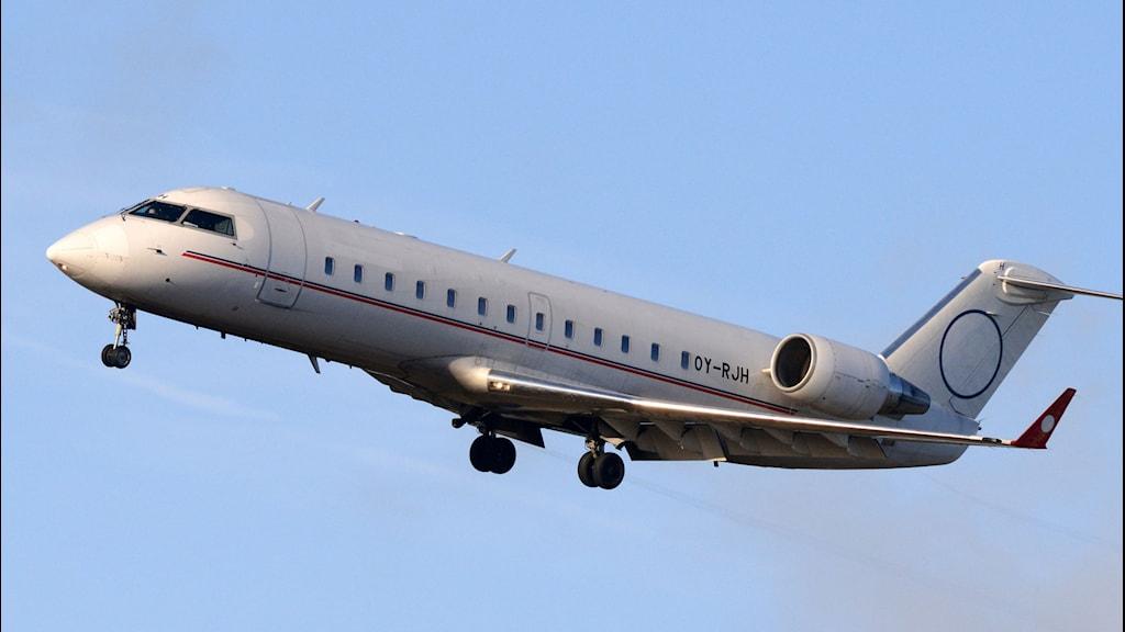 Flygplan mot blå himmel.