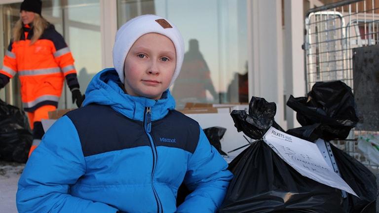 Victor Enoch Keskitalo har samlat in metallskrot i Kiruna. Foto: Alexander Linder/ Sveriges Radio.