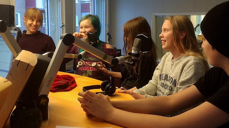 Föräldern Liv Shange med eleverna Simone Ekersen Norman, Freja Lindgren, Emile Mano Nilsson, Emil Bergström Enbuske. Foto: Lena Callne/Sveriges Radio