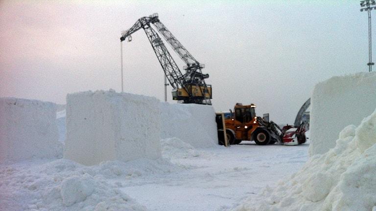 Bygget av snöborgen på Södra hamn i Luleå är i full gång. Foto: Sebastian Wiklander/Sveriges Radio