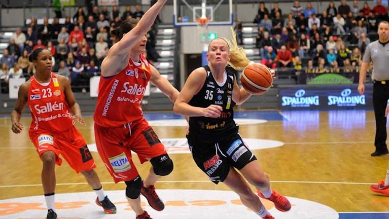 Luleå Baskets Julie Vanloo mot Sallén. Foto Alf Lindbergh pressbilder AB