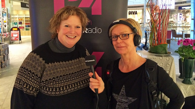 Ann-Christine Wallner-Hoppe och Anneli Lindbäck sänder direkt från Gallerian i Piteå. Foto: Sveriges Radio.