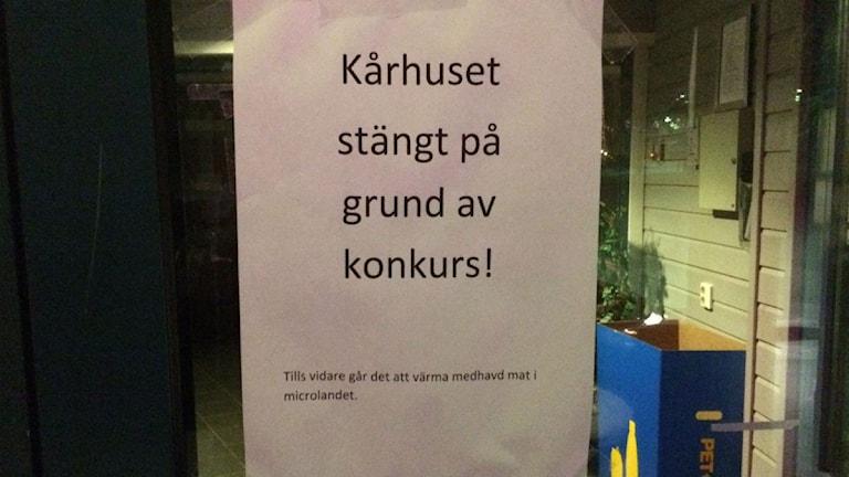 Lapp på dörren som säger att Kårhuset i Piteå har gått i konkurs.