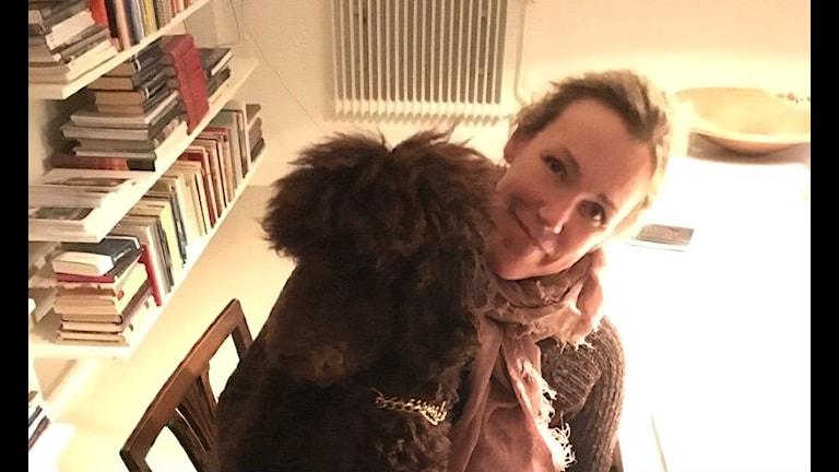 Författaren Åsa Larsson med sin hund.