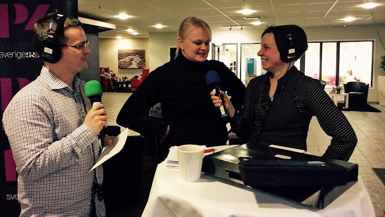 André Pettersson och Lena Callne intervjuas curlingstjärnan Anette Norberg i lobbyn på Pite havsbad. Foto: Åsa Christensen.