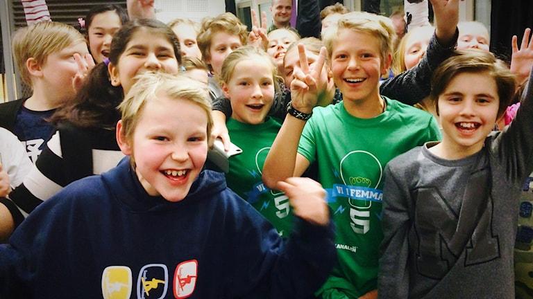 Vi i femman 2016: Pitholmsskolan 5A jublar över finalplatsen i Vi i femman. Foto: Anna Lidé/Sveriges Radio.