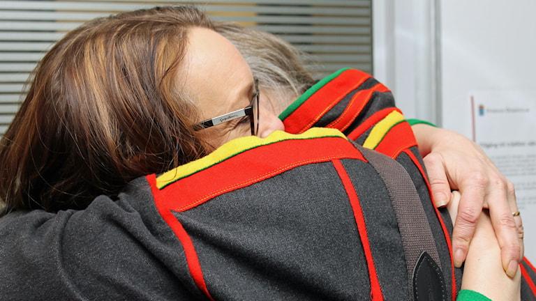 Jenny Wik Karlsson, förbundsjurist i Svenska samernas riksförbund och Girjas ordförande Matti Berg strax efter att domen meddelats. Foto: Alexander Linder/ Sveriges Radio.