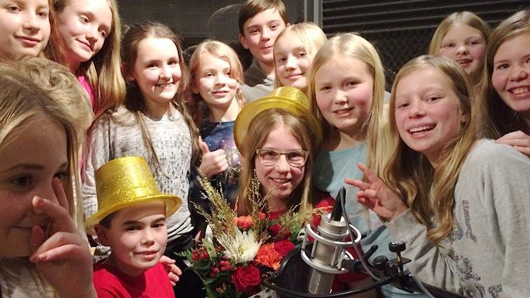 Vi i femman 2016: Simon Carlsson och Thilde Jäderholm och klasskamraterna i Benzeliusskolan jublar över segern i den lokala finalen.