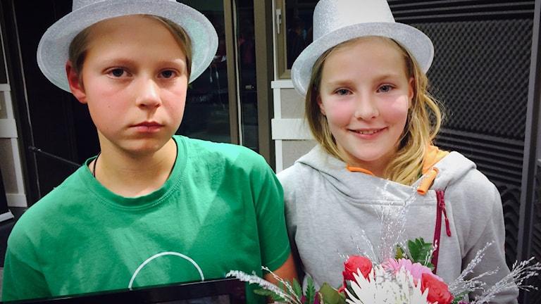 Vi i femman 2016: David Esberg och Ida Larsson från Pitholmsskolan 5A med silverhattar.