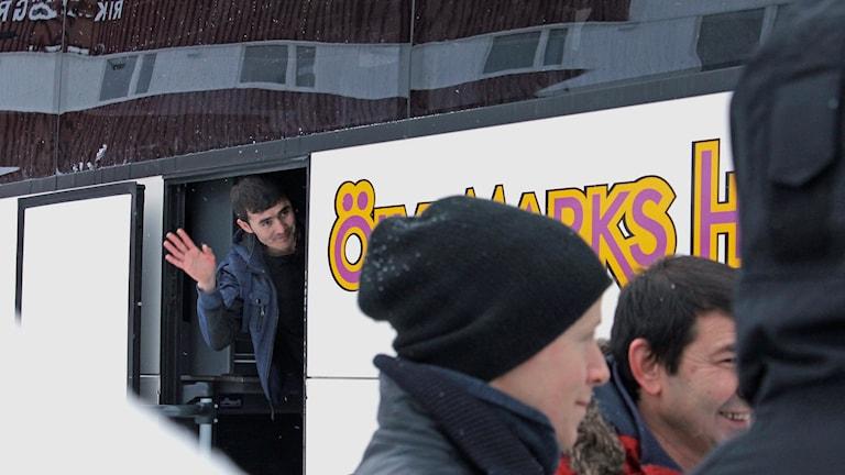 Dags för avfärd från Riksgränsens tillfälliga asylboende.