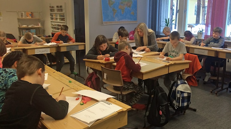 Elever har lektion i klassrum på Vistträsk skola.