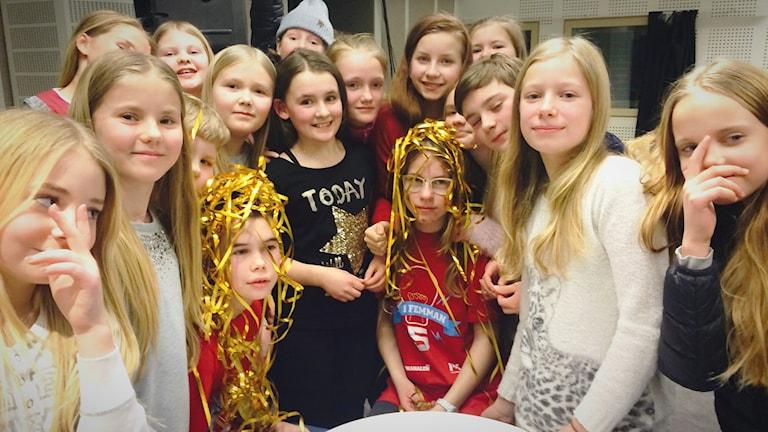 Vi i femman 2016: Simon Carlsson och Thilde Jäderblom och klass 5 på Benzeliusskolan i Luleå efter tv-kvalet.