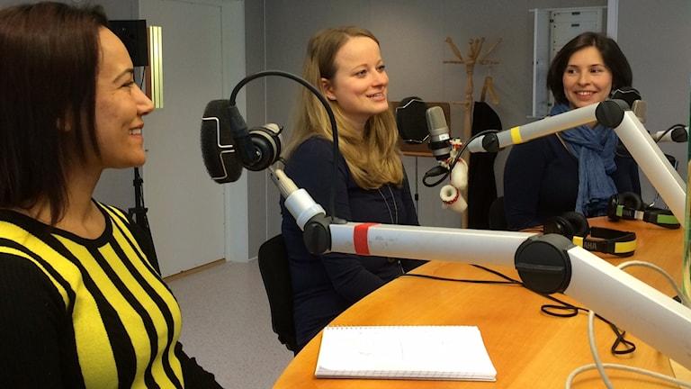 Sangita Parajuli, Barbara Puchstein och Eugenia Segerstedt från Luleå internationella kör i P4-studion.
