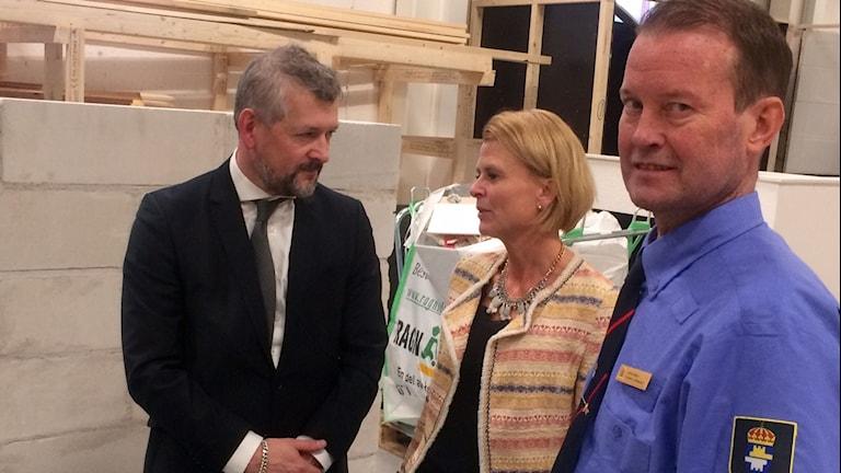 (till höger) Jan Wallin, häktes- och anstaltschef i Norrbotten. Åsa Regnér (S) Barn och jämnställdhetsminister och Kriminalvårdens generaldirektör Nils Öberg (t.v.)