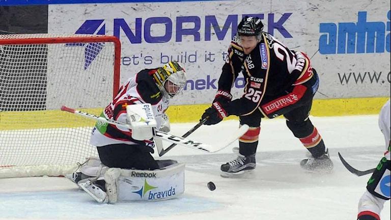 Luleå Hockeys Anton Hedman mot Malmös målvakt Jonas Gunnarsson.